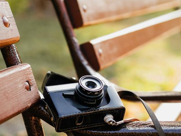 ベンチにレトロな写真カメラのクローズアップ