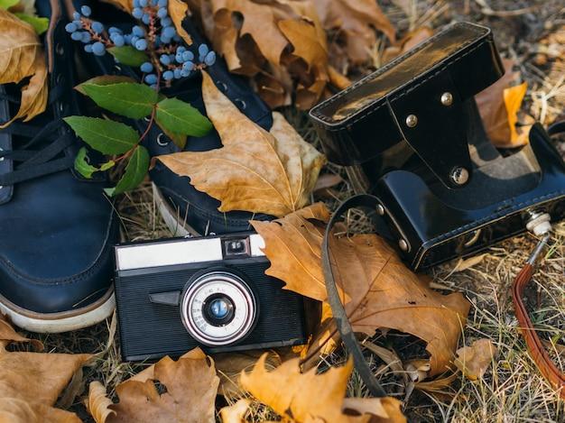 地面にレトロな写真カメラのクローズアップ