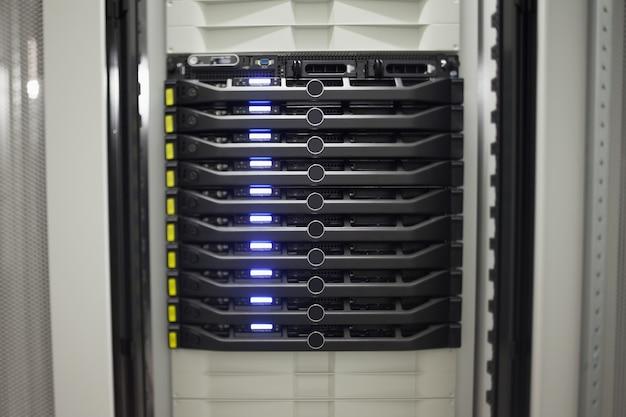 Крупный план ряда серверов