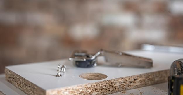 大工の工芸品のセルフタッピングネジ、木ネジのクローズアップ。