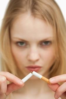 담배를 끊는 심각한 여자의 클로즈업