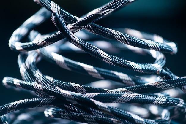 灰色のロープのかせのクローズアップは、ロープの糸の生産時に床にあります。