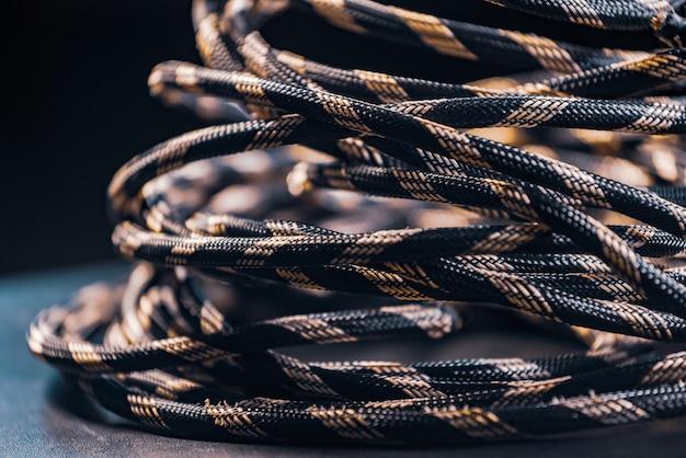 Крупный план мотка серой веревки лежит на полу