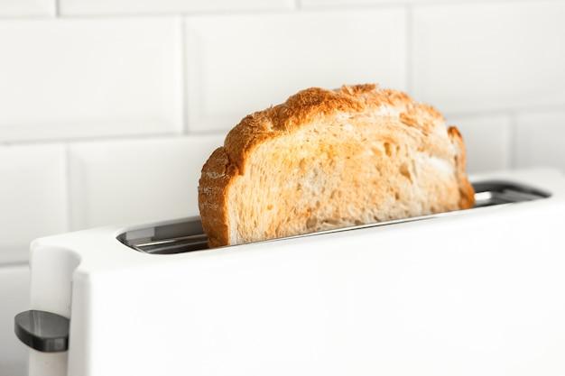 台所でパンのスライスのクローズアップ