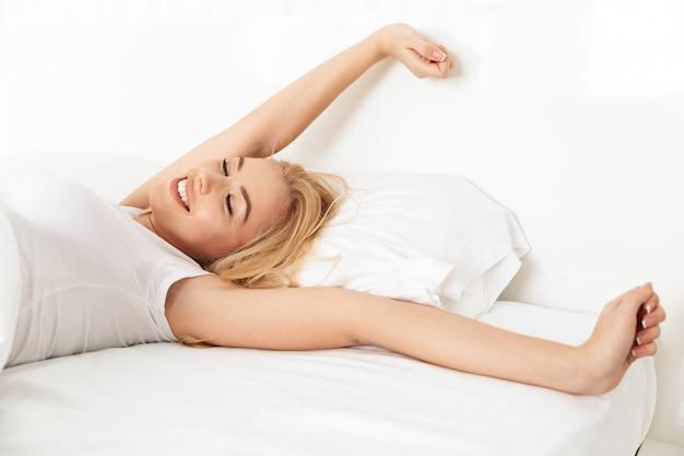 Крупным планом улыбающейся молодой женщины, протягивая ее руки