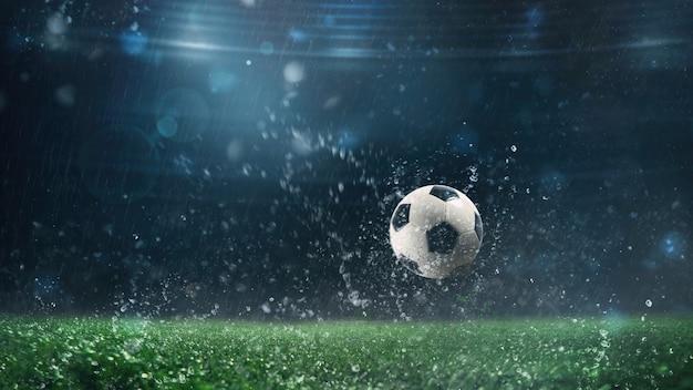 비오는 밤에 경기장에 굴러 축구 공의 닫습니다