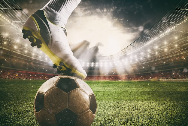 Крупный план нападающего футбола, готового бить по мячу на стадионе