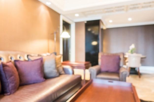 Крупным планом диван с подушками и освещаемых лампами