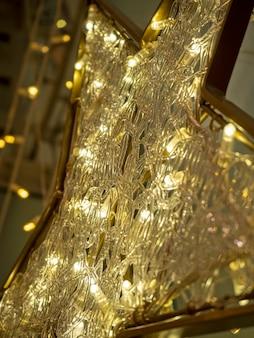 小さな電球でできた星の拡大図。クリスマスの飾りと飾り。セレクティブフォーカス