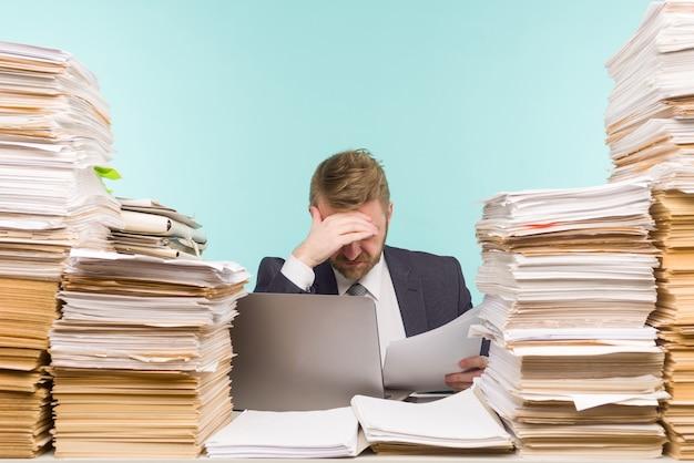 Крупный план напряженного бизнесмена, уставшего от работы на переднем плане - изображение