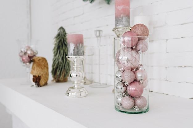 暖炉の上の棚に置かれた白のスタイリッシュなクリスマスの装飾のクローズアップ