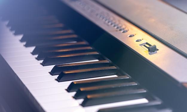 아름다운 무대 조명에서 신디사이저 또는 피아노 키의 클로즈업.