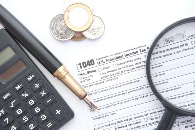 納税申告書とテーブルの上のペンのクローズアップ