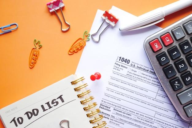 納税申告書のクローズアップとテーブルに静止