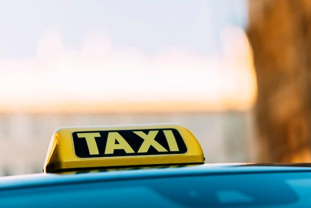 비엔나에서 택시 지붕 표지판을 닫습니다. 택시 개념