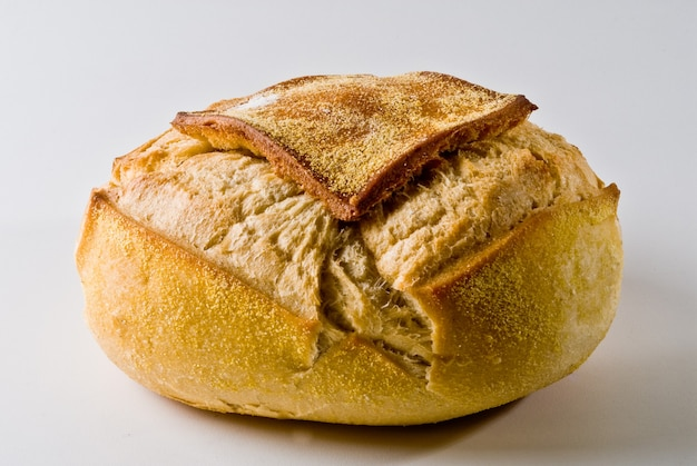 白い背景の上の伝統的な丸いイタリアのパンのクローズアップ。