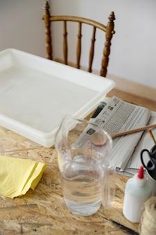 机の上に水で満たされたトレイと瓶のクローズアップ