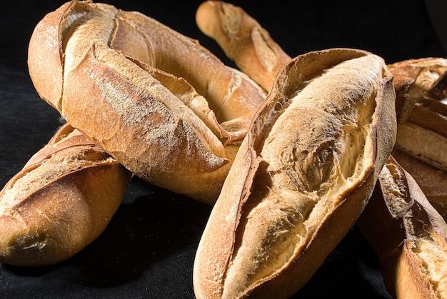背景に、イタリアのパンの種類のクローズアップ。