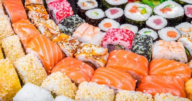さまざまな色や味のさまざまな巻き寿司のクローズアップ。