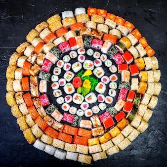 Крупным планом различные суши-роллы разных цветов и вкусов.