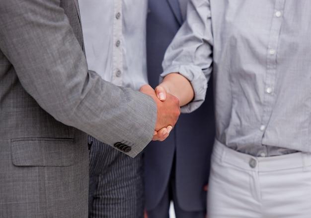 Крупный план победившей бизнес-сессии, закрывающей сделку