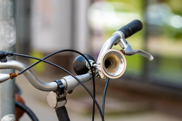 ハンドルバー、セレクティブフォーカスのビンテージ自転車ホーンのクローズアップ