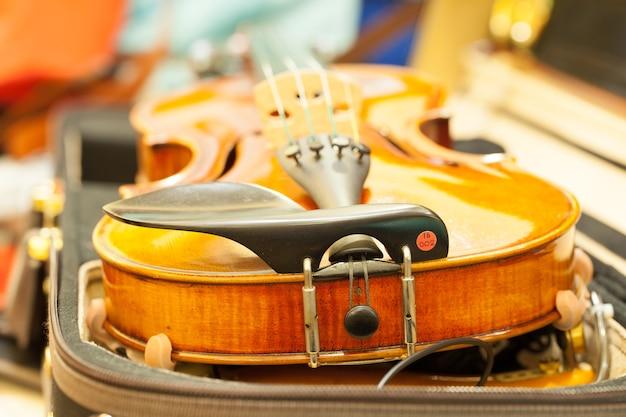 Крупный план скрипки мелкой глубины поля