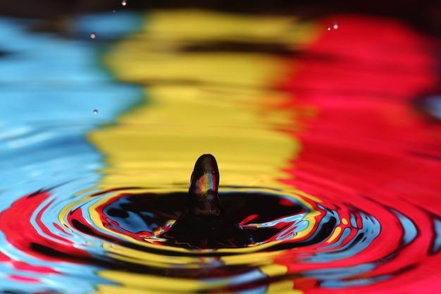 떨어지는 물방울의 클로즈업과 물의 몸과의 충돌