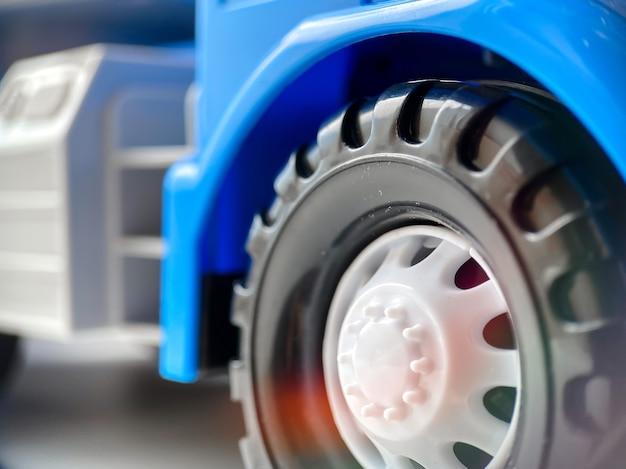 Крупный план колеса от голубой детской игрушечной машинки. крупный план детских игрушек и товаров.
