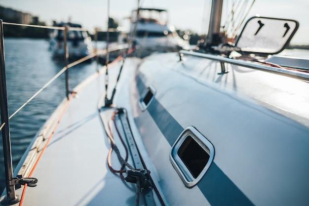 Крупный план белой красивой яхты на пирсе