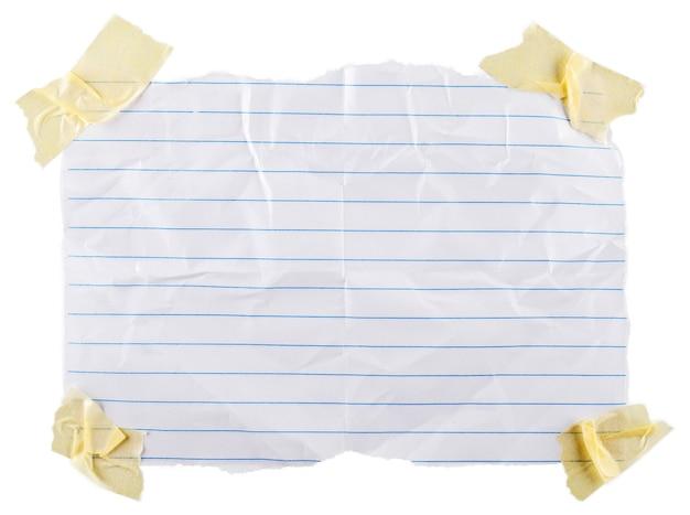 白い背景の上の白い破れた紙片のクローズアップ
