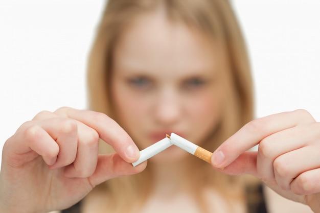 담배를 끊는 여자의 클로즈업