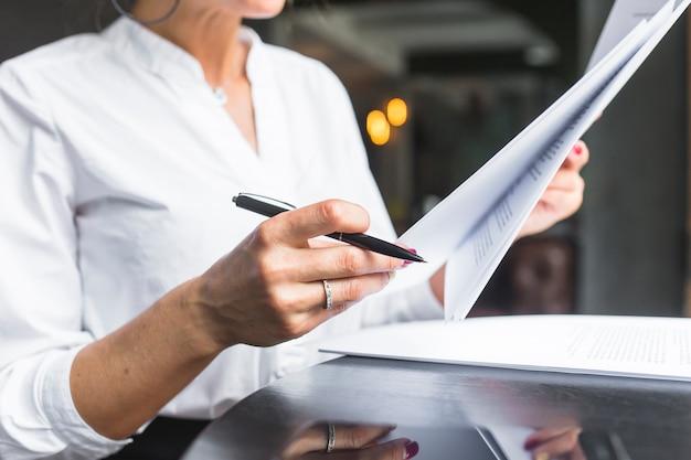 Крупный план женщины, рассматривающей документ