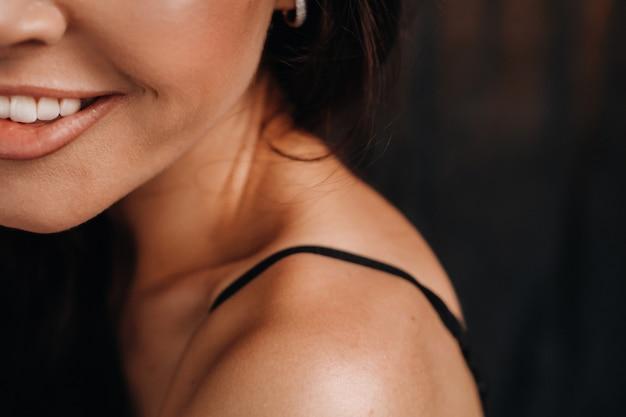 笑顔の女性の顔のクローズアップ