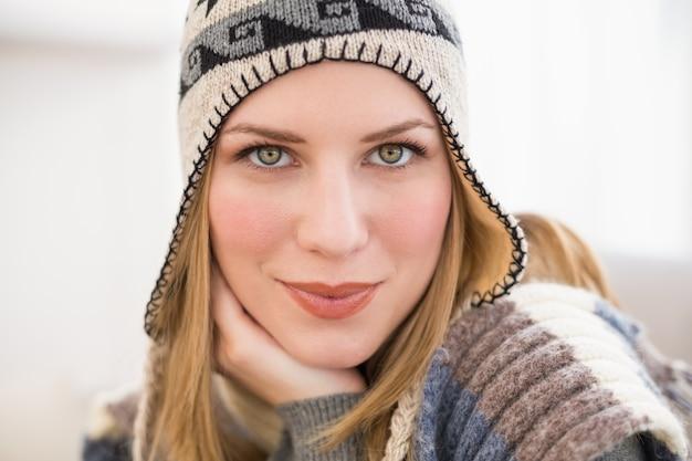 カメラを見る冬の帽子の女性のクローズアップ
