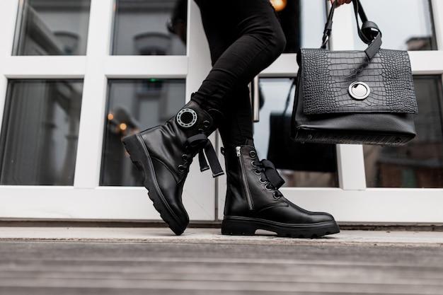 Крупным планом женщины кожаные туфли и сумка