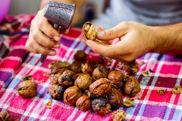 Женщина чистит грецкие орехи крупным планом