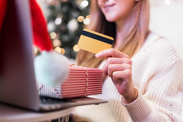 Крупным планом женщины, делающей покупки в интернете на рождество