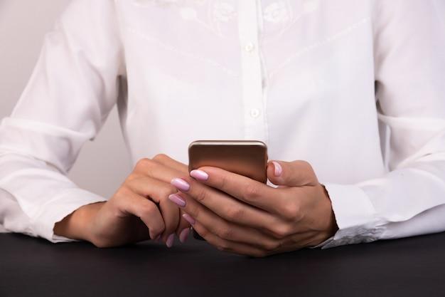 携帯スマートフォンを使用して女性のクローズアップ