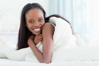 彼女の寝室で目を覚ます女性のクローズアップ
