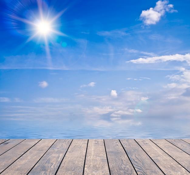 Закройте вверх деревянного моста с cloudscape