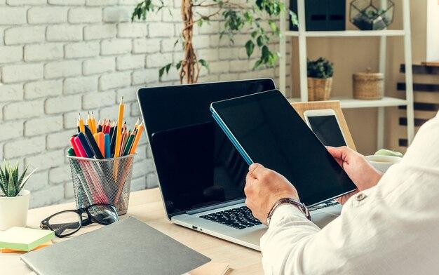 Закройте рабочий стол бизнесмена с ноутбуком