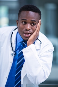 心配している医者のクローズアップ
