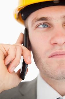 전화를 만드는 젊은 건축가의 클로즈업