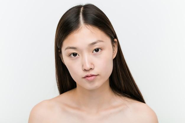 若い美しく自然なアジアの女性のクローズアップ
