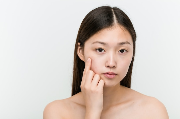 若い美しい自然なアジアの女性のクローズアップ