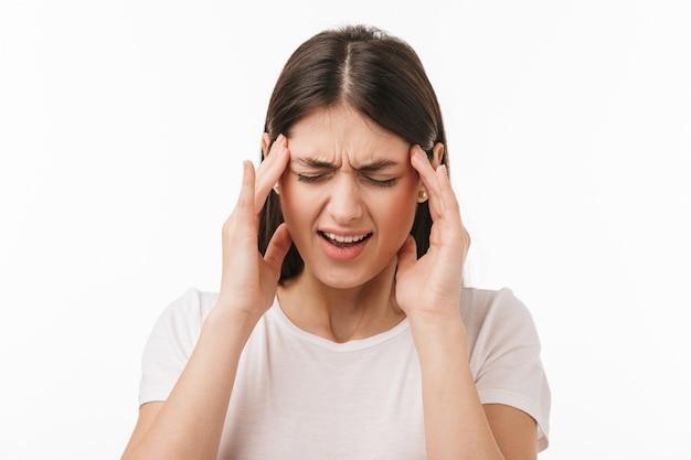 Крупным планом молодая красивая расстроенная женщина изолирована, страдает от головной боли