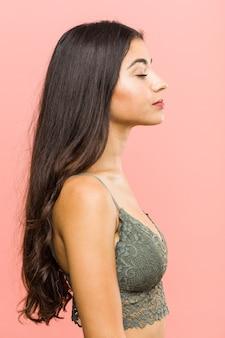 サイドバイポーズで探している若い美しさと自然のアラブの女性のクローズアップ