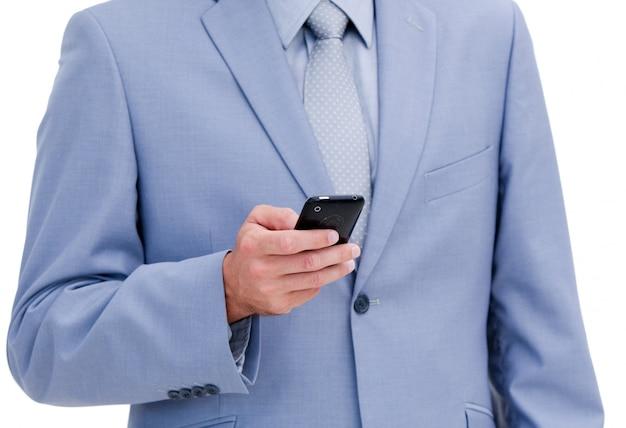 彼の電話を見て若いビジネスマンのクローズアップ