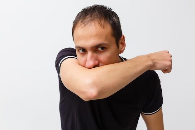 기침을 하는 젊은 남자의 클로즈업